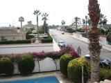 Вид из солярия виллы на дворик и прилегающую улицу
